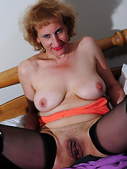 Aged woman  like to fuck her pussy
