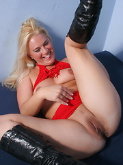 Cock-hungry mom using some toys for her holes