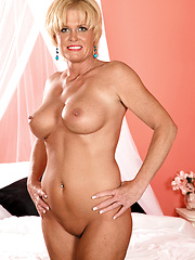 Hot mommy Trixie Blu shows her nude body