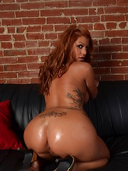 Redhead babe Briana Lee oiled her pussy