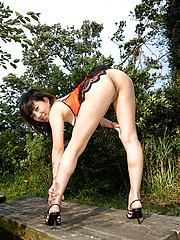 Japanese Yuuki Asuka gets naked at the park