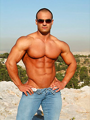 Dimitris Anastasakis, bodybuilder outdoors